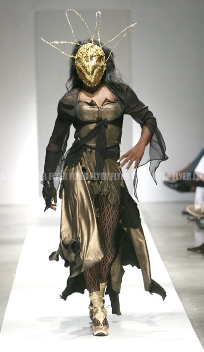 Model in mask 01